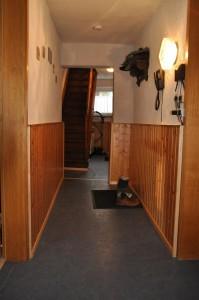 Eingang / Flur mit steiler Treppe ins Obergeschoss